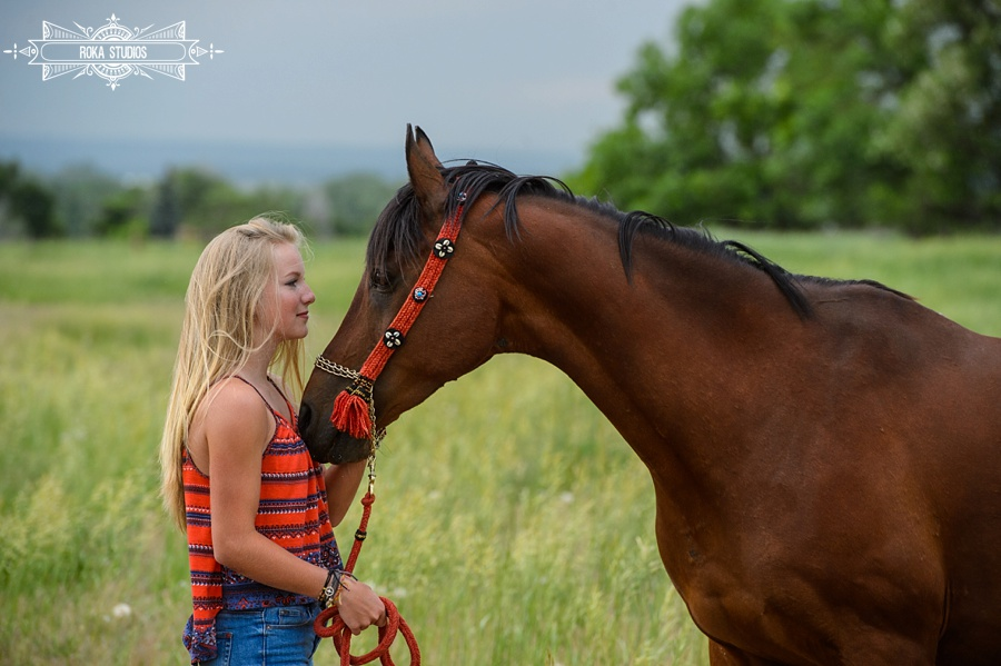Senior photos with a horse in Fort Collins